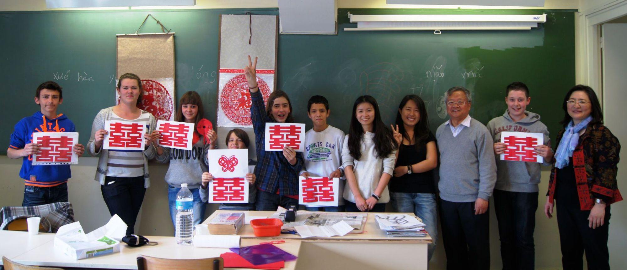 Grpupe d'élèves de 4ème et de 3ème de l'option chinois lors d'un atelier de calligraphie.